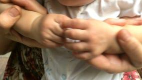 Hände des Elternteilspiels mit den Händen von neugeborenen Kindern stock video footage