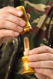 Hände des Entenjägers bauten einen Anruf des einfachen Rohrblattes ab stockfoto
