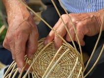 Hände des erfahrenen Handwerkers machen einen Weidenkorb Stockbilder
