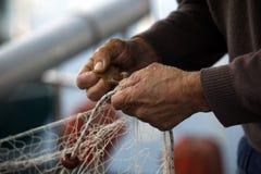 Hände des Fischers Stockfotografie