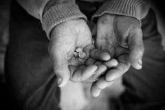Hände des Fischers Stockfotos