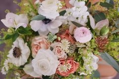 Hände des Floristen sammeln Hochzeitsblumenstrauß bei der Arbeit lizenzfreies stockbild