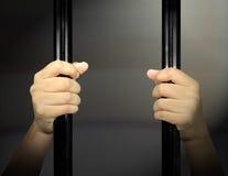 Hände des Gefangenen Stockfoto