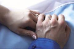 Hände des gerade verheirateten Paars Lizenzfreies Stockbild