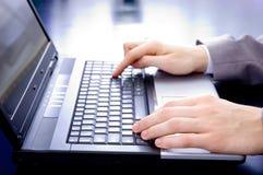 Hände des Geschäftsmannes auf einem Notizbuch Lizenzfreies Stockfoto
