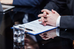 Hände des Geschäftsmannes auf Papieren Stockfotos