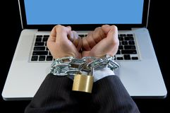 Hände des Geschäftsmannes gewöhnten zur Arbeitsbindung mit Kette zum Computerlaptop im Workaholic Stockfotos