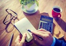 Hände des Geschäftsmannes Working mit Taschenrechner Stockfoto