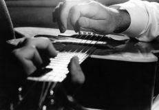 Hände des Gitarren-Spielers Lizenzfreies Stockfoto