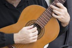 Hände des Gitarristen Stockfotos