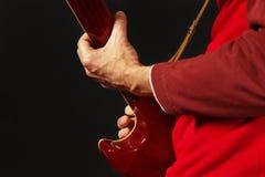 Hände des Gitarristen die E-Gitarre auf dunklem Hintergrund spielend Lizenzfreies Stockfoto