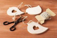 Hände des hölzernen Handwerks unter Verwendung der Scheren und des Seils Lizenzfreies Stockfoto
