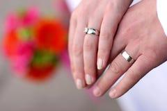 Hände des Hochzeitspaares stockfotos