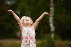 Hände des jungen Mädchens oben glücklich draußen Stockfoto