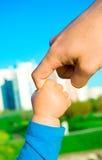 Hände des Kindsohns und -vaters Stockbild