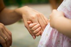 Hände des kleinen Babys und der Mutter Lizenzfreies Stockfoto