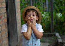 Hände des kleinen Jungen gemalt in den bunten Farben Glückliches Kind, das Spaß draußen hat stockfotos
