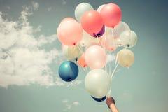 Hände des Mädchens mehrfarbige Ballone halten Lizenzfreies Stockfoto