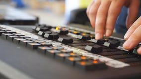 Hände des männlichen Toningenieurs drückt die Tasten und bewegt Knöpfe von soundboard Arme des Mannes arbeitend an Fachmann stock video