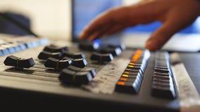 Hände des männlichen Toningenieurs drückt die Tasten und bewegt Knöpfe von soundboard Arme des Mannes arbeitend an Fachmann stock footage