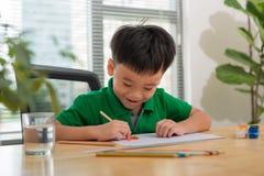 Hände des Malens des kleinen Jungen und der Tabelle für Kreativität Stockfotos