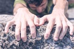 Hände des Mann-Kletterns Stockfoto
