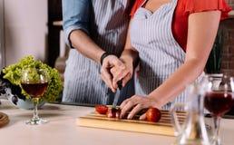 Hände des Mann- und Frauenausschnittgemüses Lizenzfreie Stockfotos