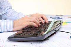 Hände des Mannes auf der Tastatur Stockbild