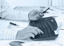 Hände des Mannes auf der Tastatur Stockfotografie