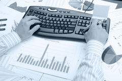 Hände des Mannes auf der Tastatur Stockbilder