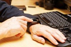 Hände des Mannes, der sein smartwatch verwendet lizenzfreies stockbild