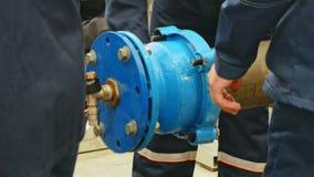 Hände des Mannes in der Uniform, die mit Wasserleitungen auf Wasserversorgungssystem arbeitet stock video
