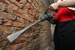 Hände des Mannes, die Plugger anhalten Lizenzfreie Stockbilder