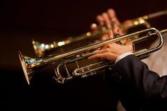 Hände des Mannes die Trompete im Orchester spielend lizenzfreie stockbilder