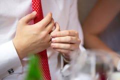 Hände des Mannes mit Silberhochzeitring Lizenzfreies Stockbild