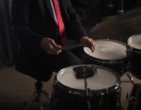 Hände des Schlagzeugers in der dunklen Beleuchtung Lizenzfreie Stockbilder