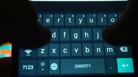 Hände des Schreibentextes des Mannes unter Verwendung des Smartphone stock video