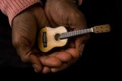 Mann mit Gitarre in der Hand Stockbild