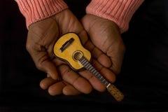 Mann mit Gitarre in den Händen Stockfoto