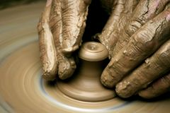 Hände des Töpfers stockfoto