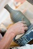 Hände des Töpfers bei der Arbeit lizenzfreie stockfotos