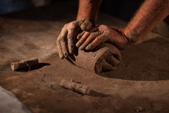 Hände des Töpfers kneten Lehm Stockfotos