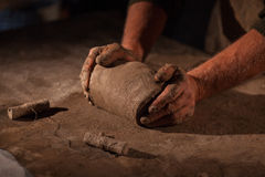 Hände des Töpfers kneten Lehm Stockfotografie