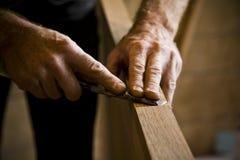 Hände des Tischlers bei der Arbeit