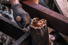 Hände des Tischlers mit Meißel in den Händen auf dem Arbeitsplatz lizenzfreies stockfoto