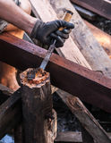 Hände des Tischlers mit Meißel und Hammer in den Händen lizenzfreies stockfoto