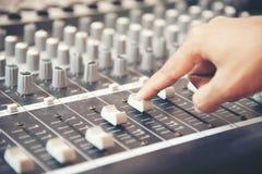 Hände des Toningenieurs arbeitend an Tonstudiomischer Experte, der das Volumen einer Stimme, mischende Konsole mit Mischerbrett j lizenzfreies stockfoto