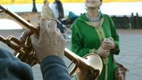 Hände des Trompeters, der sein Musikinstrument im Park spielt stock video