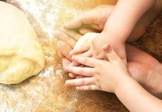 Hände des Vater- und Babysohns Stockfoto