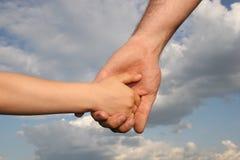 Hände des Vaters und des Sohns Stockfotos
